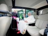 10.09.2012. Ārvalstīs: 'Renault' pāvestam Benediktam XVI ziedo elektromobiļus Popemobile
