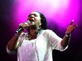 """""""Bony M"""" solistes Liz Mitčell sveiciens Ziemassvētkos"""