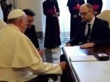 29.04.2014. Ukrainas Ministru prezidents no Romas pāvesta dāvanā saņem pildspalvu miera līguma parakstīšanai