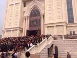 11.04.2014. Pretestība: Ķīnas kristieši veido dzīvo mūri un aizsargā baznīcu no valsts varas