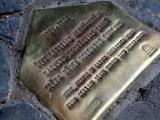 Rīgā asfaltā parādījušās piemiņas plāksnes, tiem, kuri glābuši ebrejus Otrā pasaules kara laikā