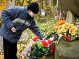 Ukrainā ticīgos mudina nenest uz kapiem plastmasas puķes un vainagus
