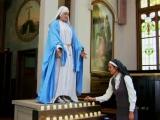 Nolikt svecīti pie Jaunavas Marijas statujas kājām?