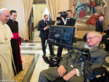 Roma/Vatikāns: Pontifikālās Zinātņu akadēmijas rīkotā tikšanās laikā pāvests svētīja Stīvenu Hokingu