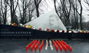 """Foto: Tēlnieka Gļeba Panteļejeva piemineklis O. Kalpakam """"Pret straumi"""" Esplanādē Rīgā."""